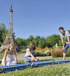 enfants-tour-eiffet-france-miniature.