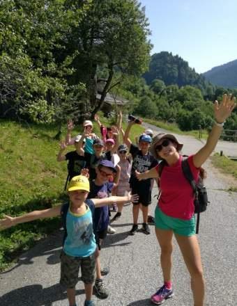 Enfants en balade dans le cadre d'une colonie de vacances dans les Alpes