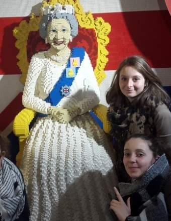 La reine d'Angleterre Élisabeth II représentée en légo au magasin Hamley's de Londres