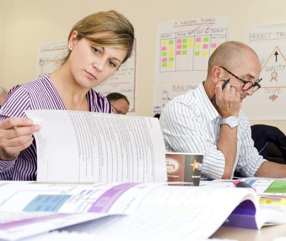 2 auditeurs de l'AFNOR contrôlant les différents points de la certification NF Service
