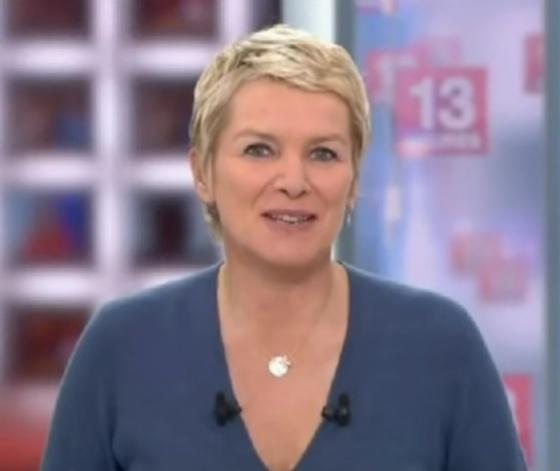 Elise Lucet présentatrice du journal de 13h de France 2 sur le plateau