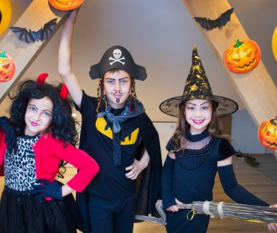 Enfants déguisés en diable, pirate et sorcière à l'occasion d'Halloween
