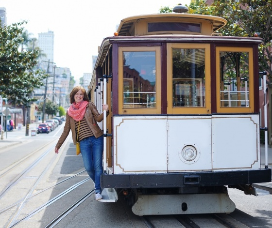 Femme à l'arrière d'un tramway dans une rue de San Francisco aux Etats-Unis