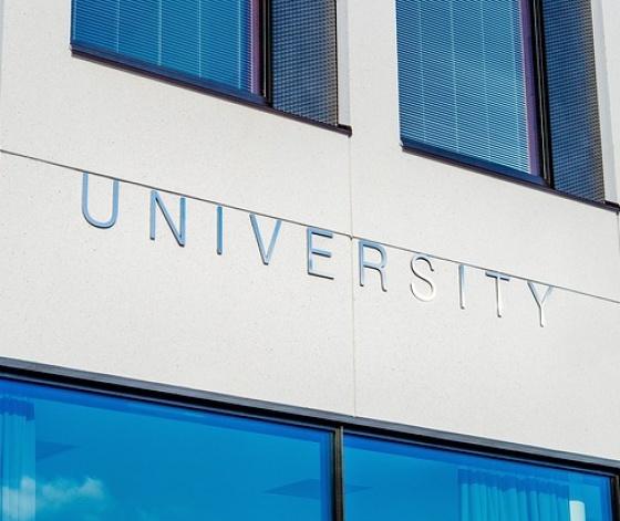 Façade d'une université : les règles de l'accès à l'enseignement supérieur changent avec Parcoursup