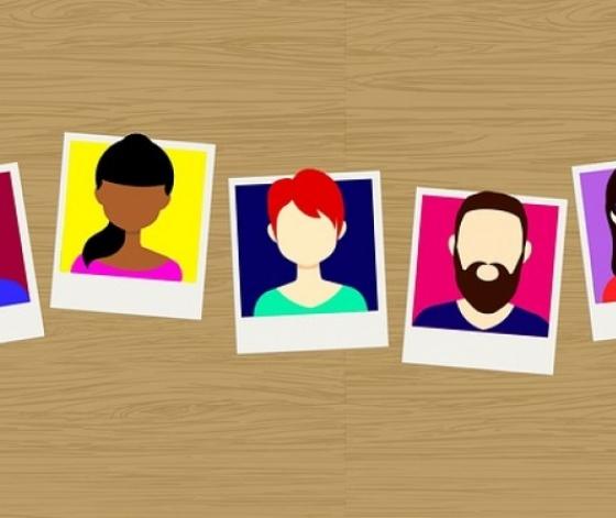 Portraits polaroid de jeunes affichés en guirlande