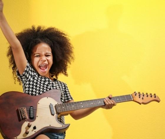 Jeune fille métisse jouant de la guitare électrique