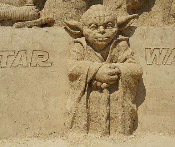 Maitre Yoda de la saga Star Wars sculpté dans le sable