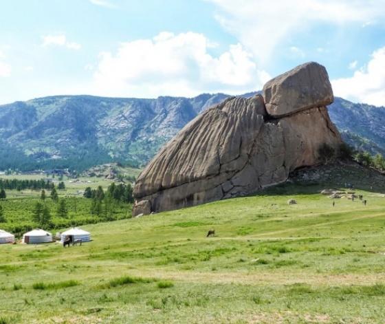 Photo du parc national de Gorkhi-Terelj en Mongolie avec au premier plan le Rocher de la Tortue