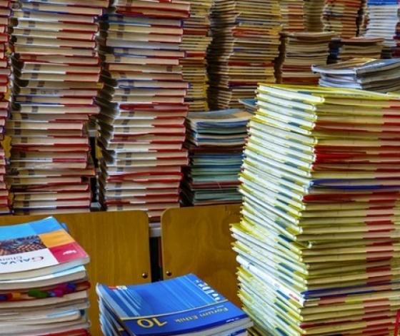 Piles de livres de terminale dans une réserve de lycée