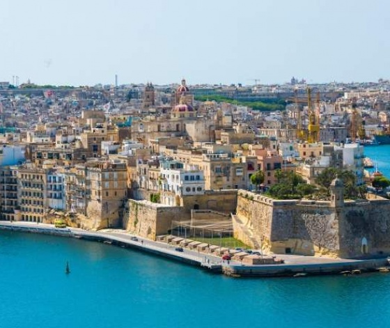Vue sur le port de La Valette à Malte avec fortifications