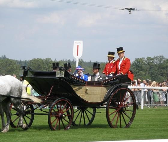 La reine d'Angleterre en visite à Ascot dans sa calèche