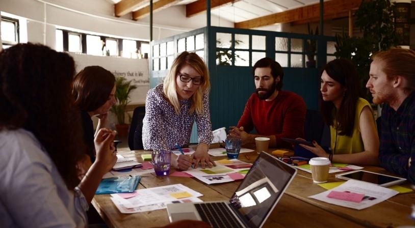Equipe d'animateurs préparant le programme d'une colonie de vacances