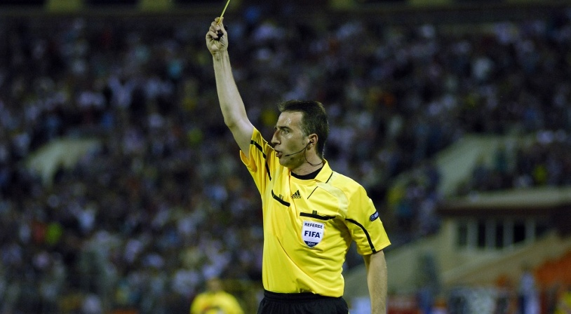 Arbitre de la FFF sortant un carton jaune