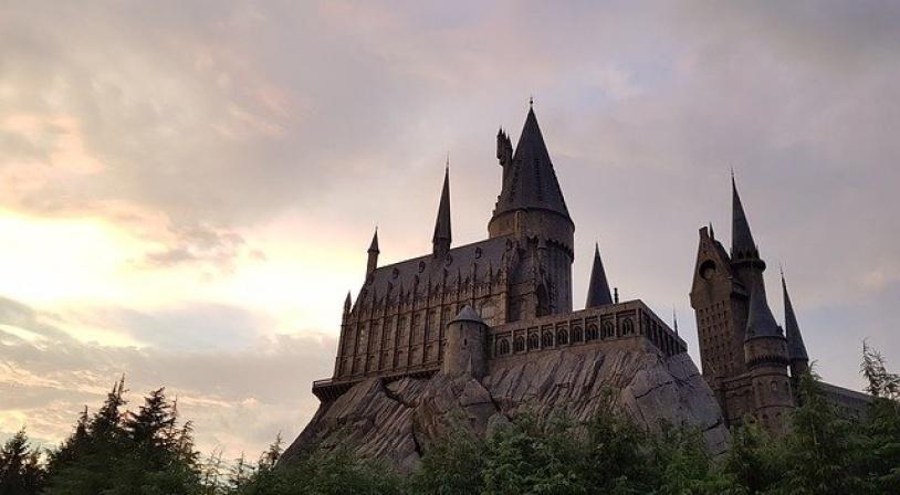 Château de l'école Poudlard de la saga Harry Potter (Château de Hogwarts dans la version originale)