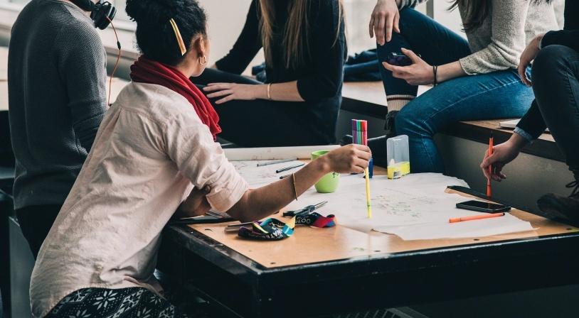 Groupe d'étudiants travaillant sur un projet dans le cadre du programme Erasmus