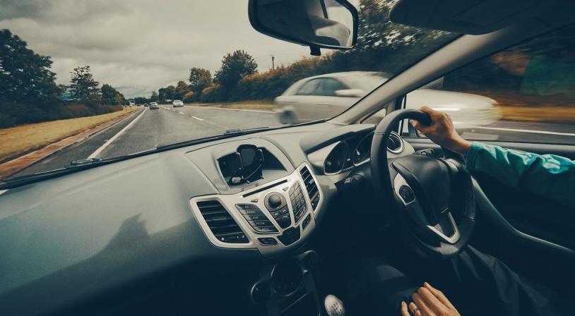 Vue de l'intérieur d'une voiture anglaise roulant à gauche et avec le volant à droite en Angleterre