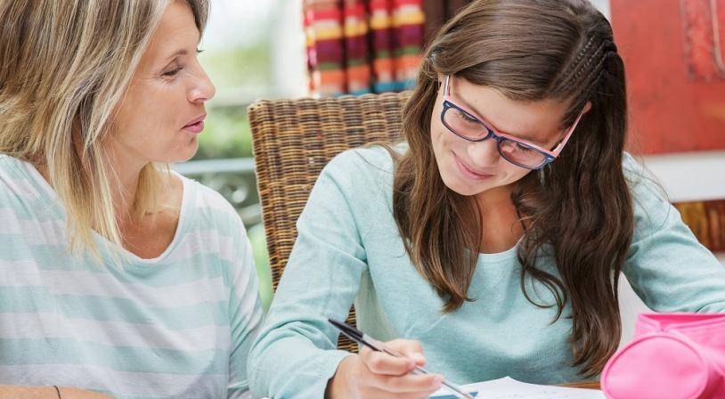Jeune fille avec son professeur particulier d'anglais