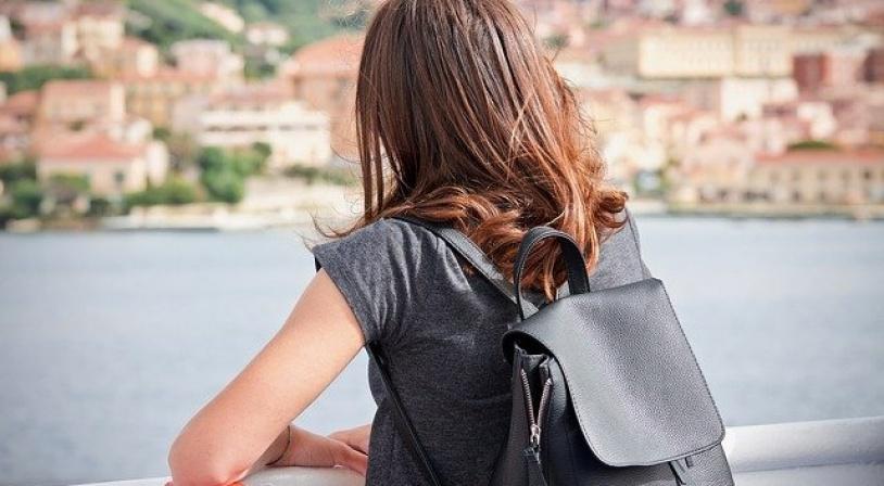 Adolescente regardant la mer lors d'un voyage linguistique