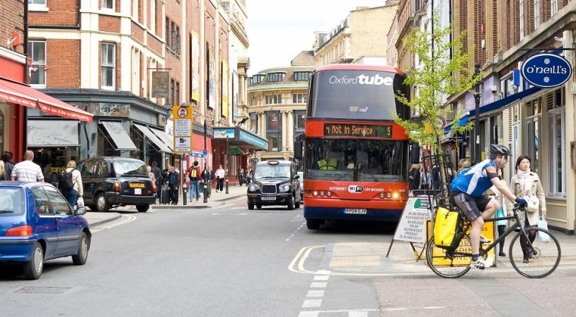 oxford-rue-avec-bus-et-pietons.
