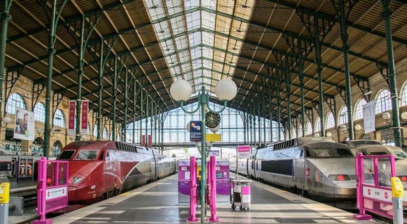 Départ en vacances à la gare du Nord à Paris quai avec TGV et Thalys