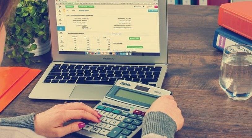 Maman recherchant des financements sur internet pour faire partir son enfant en séjour