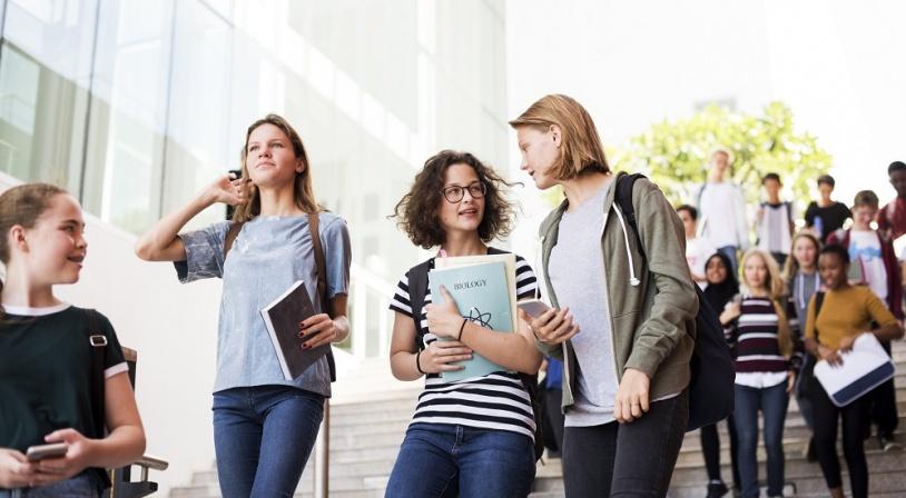 Groupe de lycéennes quittant le lycée