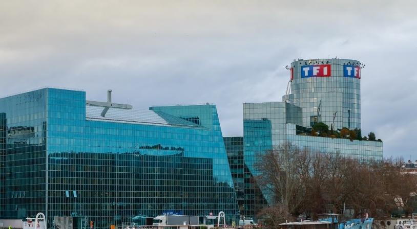 Studios et tour de la chaîne de télévision TF1 à Boulogne Billancourt en bord de Seine