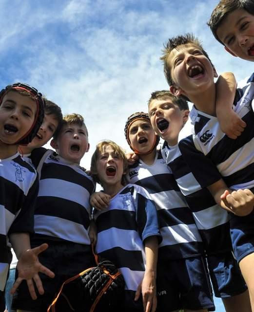 groupe d'enfants jouant au rugby