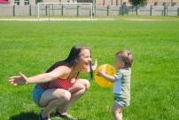 Babysitter bilingue qui s'occupe d'une petite fille