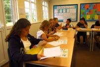 Collégiens travaillant l'anglais dans une salle de classe