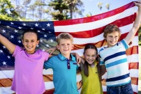 Enfants devant le drapeau américain