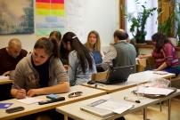 Groupe d'adultes en salle de classe lors d'une formation linguistique dans le cadre du DIF