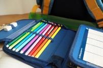 Trousse avec des crayons de couleurs préparés pour la rentrée des classes