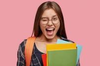 jeune-fille-contente-d-apprendre.