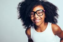 Jeune fille avec des lunettes d'origine africaine souriant
