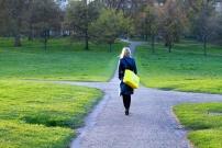 Lycéenne devant choisir son chemin dans un parc public