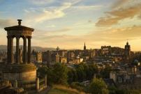 Vue d'Edimbourg depuis la colline Calton Hill avec au premier plan le monument Dugald Stewart