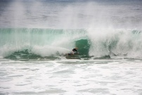 Surfeur dans un rouleau à Hawaï